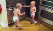 bebe-se-svadaju-oko-carape